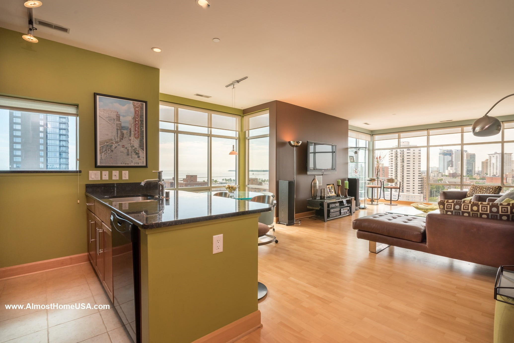 Downtown milwaukee fully furnished two bedroom penthouse apartment almost home corporate for Milwaukee 3 bedroom apartments